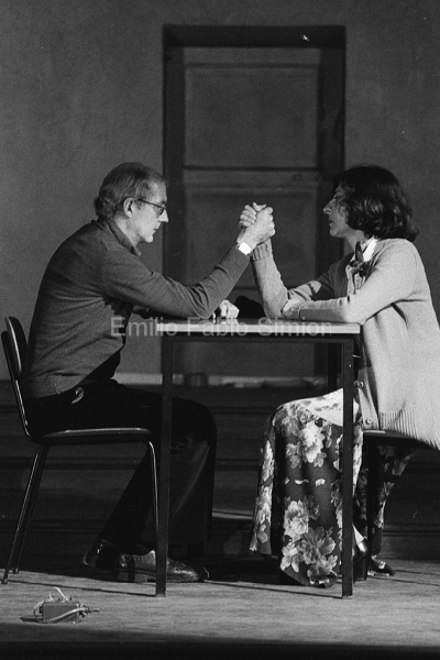 """Concerto Zaj: 6 minuti per 2 interpreti e 3 posizioni con contatto corporale. """"Rumore di fondo"""". aula Magna dell'Univesita di Pavia, 1978"""