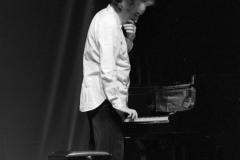 """Giuseppe Chiari. Gesti sul Piano. """"L'orecchio nell'occhio"""", Teatro di Porta Romana. Milano 1981"""