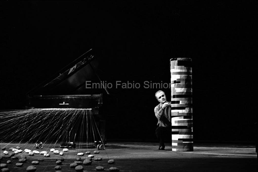Walter Marchetti. Trasformazione fallica di un piano. L'orecchio nell'occhio. Teatro di Porta Romana. milano, 1981